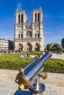Franve, Parise, Tourists visiting Notre Dame cathedral - WD04745