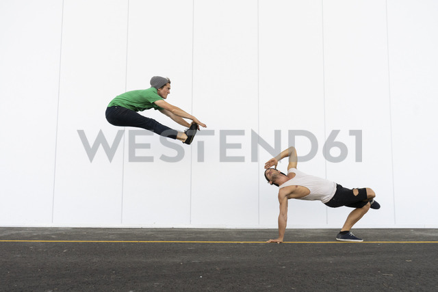 Two acrobats doing tricks together, jumping mid-air - AFVF00926 - VITTA GALLERY/Westend61