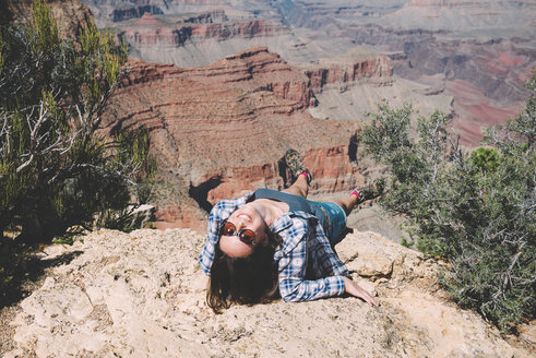 USA, Arizona, Grand Canyon National Park, happy woman at Grand Canyon - GEMF02185
