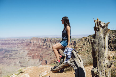 USA, Arizona, Grand Canyon National Park, Grand Canyon, woman looking at view - GEMF02209