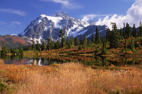 Mount Shucksan in the North Cascade Range of mountains in autumn. - MINF01541