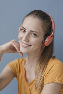 Portrait of a pretty woman, using headphones - JOSF02299