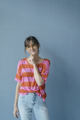 Young woman wearing glasses, portrait - JOSF02431