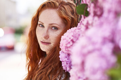 Portrait of redheaded woman with freckles - ABIF00774