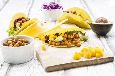 Vegetarian tacos filled with in curcuma roasted chick peas, yellow paprika, avocado, salad and red cabbage - LVF07324