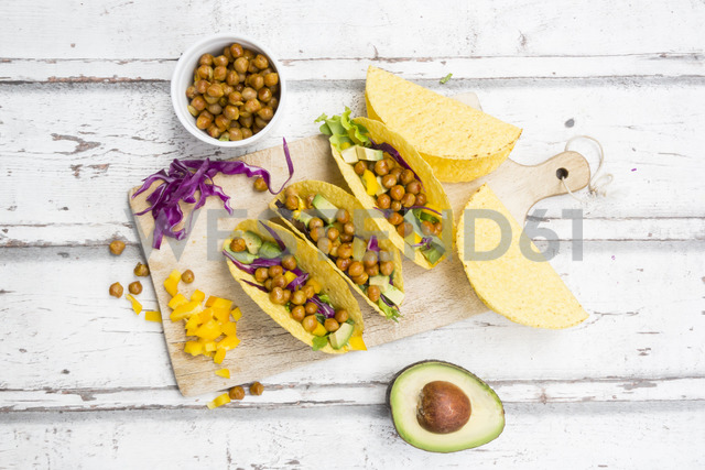 Vegetarian tacos filled with in curcuma roasted chick peas, yellow paprika, avocado, salad and red cabbage - LVF07327 - Larissa Veronesi/Westend61