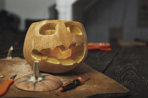 Halloween pumpkins, Jack O'Lanterns, carving knifes - AZF00010
