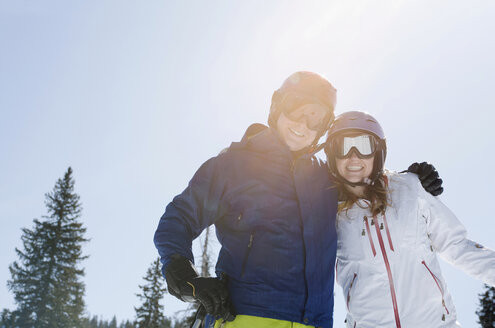 Young couple wearing skiwear - ISF17209