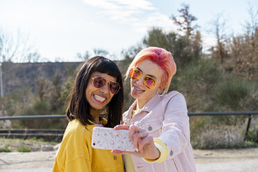 Two alternative friends taking selfie - AFVF01027