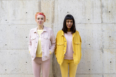 Two alternative friends having fun, wearing yellow and pink jeans clothes - AFVF01042