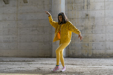 Woman wearing yellow jeans clothes, dancing - AFVF01048