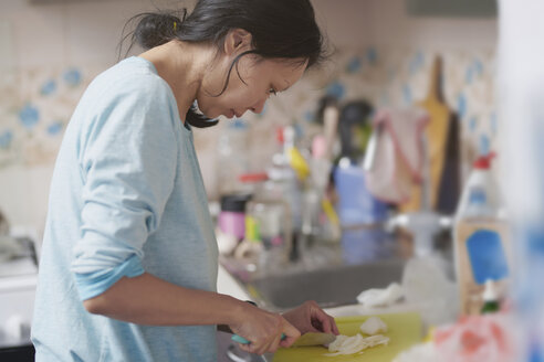 Woman chopping onion in the kitchen - AZF00053