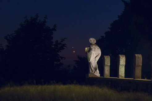Germany, Hesse, Hochtaunuskreis, Planets Jupiter and Venus in front of a graveyard sculpture - THGF00044