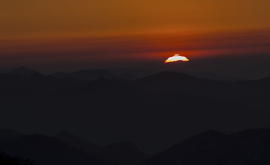 Spain, Cantabria, setting sun behind mountains - THGF00053
