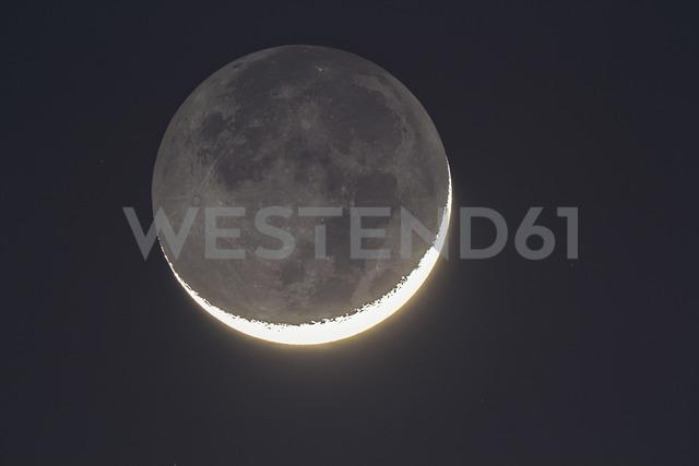 Germany, Hesse, Hochtaunuskreis, grey moon light and bright new moons crescent - THGF00056
