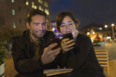 Couple using cell phones outdoors - ISF18299