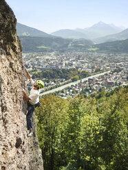 Austria, Innsbruck, Hoettingen quarry, man climbing in rock wall - CVF01005