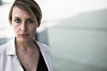 Portrait of freckled businesswoman - GIOF04032