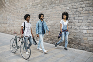 Three relaxed friends walking together in the city - JRFF01742