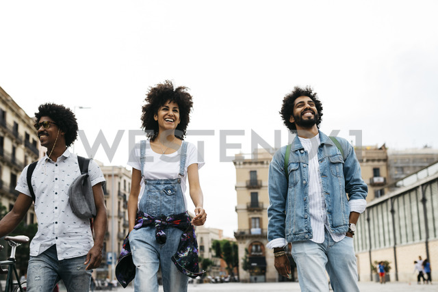 Spain, Barcelona, three friends walking together in the city - JRFF01766 - Josep Rovirosa/Westend61