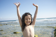 Portrait of happy little girl on the beach - JASF01904