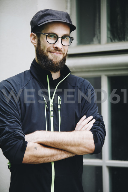 Portrait of smiling man wearing cap and glasses - NGF00462 - Nadine Ginzel/Westend61