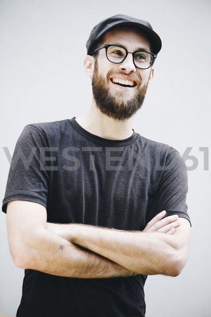 Portrait of laughing man wearing cap and glasses - NGF00465 - Nadine Ginzel/Westend61
