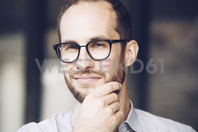 Portrait of sceptical businessman wearing glasses - NGF00477 - Nadine Ginzel/Westend61