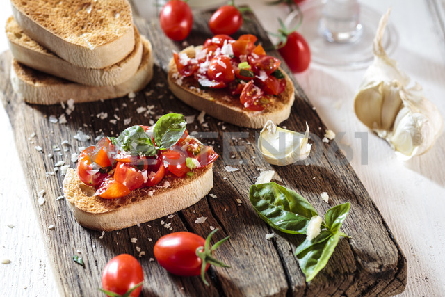 Italian buschetta on chopping board - SBDF03721 - Susan Brooks-Dammann/Westend61
