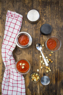 Tomato soup in thermos flask, croutons - LVF07363