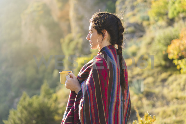 Spain, Alquezar, young woman with coffee mug in nature - AFVF01311 - VITTA GALLERY/Westend61