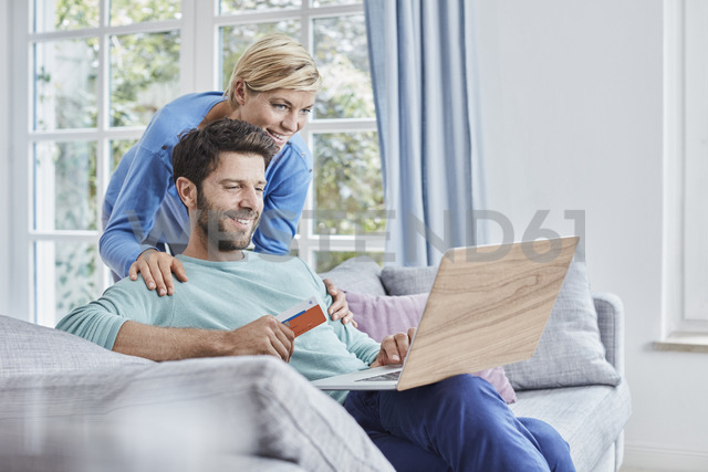 Happy couple at home shopping online - RORF01399 - Roger Richter/Westend61