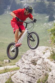 Acrobatic biker on trial bike - GIOF04095