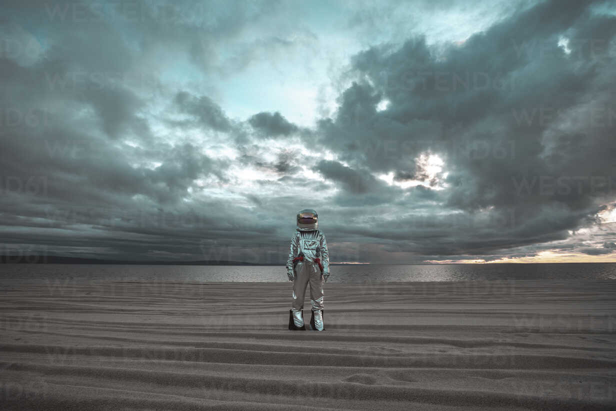 Spaceman standing alone at lake on nameless planet - VPIF00459 - Vasily Pindyurin/Westend61