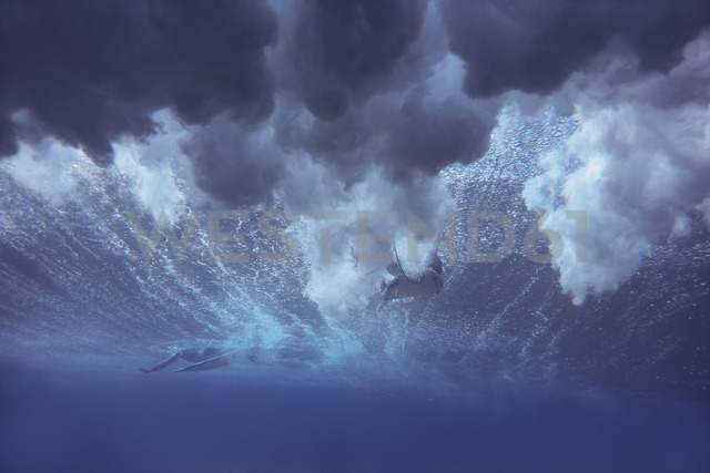 Maledives, Indian Ocean, surfer sitting on surfboard, underwater shot - KNTF01183