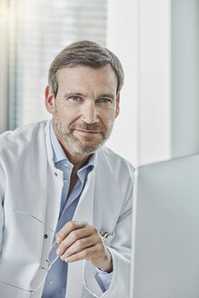 Doctor using computer - RORF01460