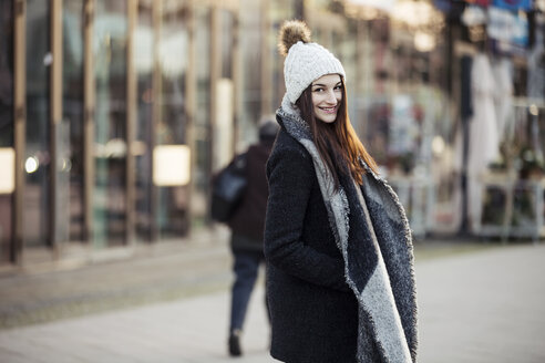 Portrait of fashionable young woman in the city - JESF00050