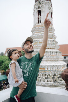 Thailand, Bangkok, Wat Arun, Father and daughter visiting the Buddhist temple - GEM02244