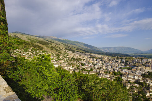 Albania, Gjirokaster, city view and Mali i Gjere mountains - SIEF07844