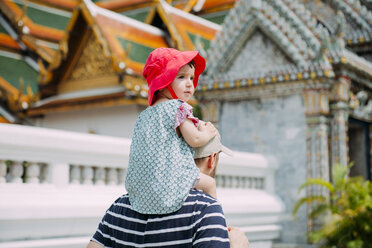 Thailand, Bangkok, Father and daughter visiting the Grand Palace - GEM02280