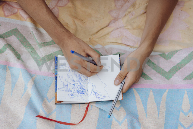 Man drawing in notebook - AFVF01391