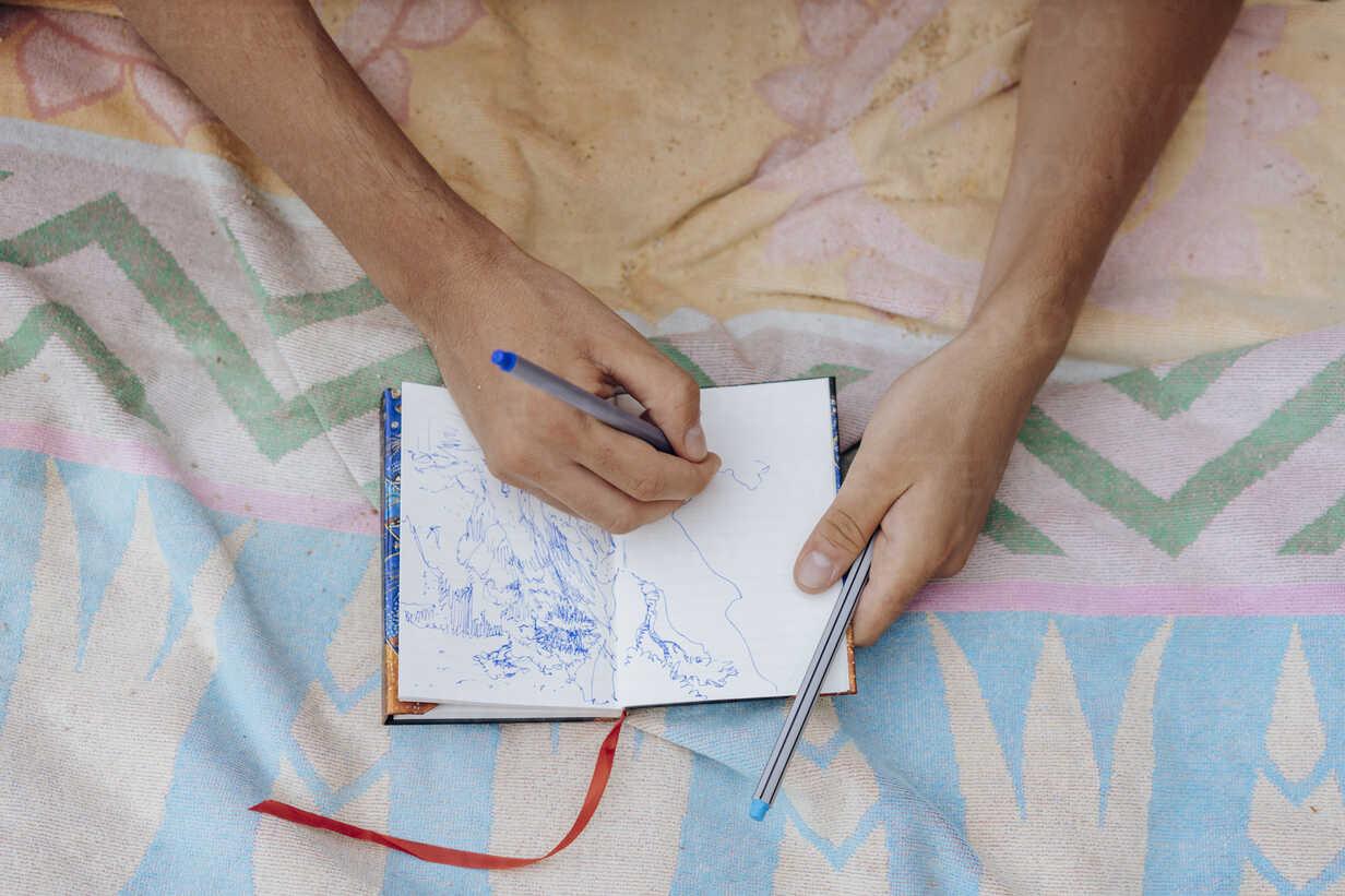 Man drawing in notebook - AFVF01391 - VITTA GALLERY/Westend61