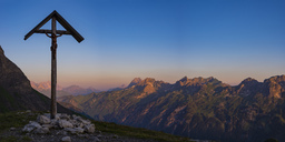Germany, Bavaria, Allgaeu, Allgaeu Alps, panoramic view of field cross at Lake-Rappensee in the evening light - WGF01216