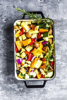 Oven vegetables, zucchini, aubergine, potato, carrot, sweet potato, champignon, onion and garlic - SARF03911