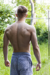 Athletic young man, rear view - TCF05637