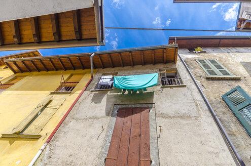 Italy, Lombardy, Salo, drying laundry - MHF00445