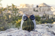 Greece, Athens, Toy owl in front of the Acropolis - MAMF00212