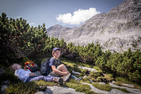 Austria, Salzburg State, Loferer Steinberge, brother and sister resting on a hiking trip in the mountains - HAMF00351
