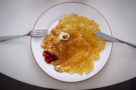 Pancake as face on plate, overhead view - HAMF00364