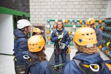Zip line students watching instructor - CAIF21401